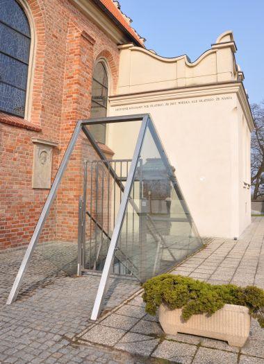 Zejście do Krypty Zasłużonych przy kościele św. Wojciecha w Poznaniu