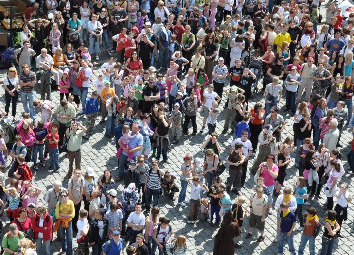 W sezonie turystycznym o godz. 12.00 przed ratuszem na poznańskim Starym Rynku gromadzi się tłum turystów