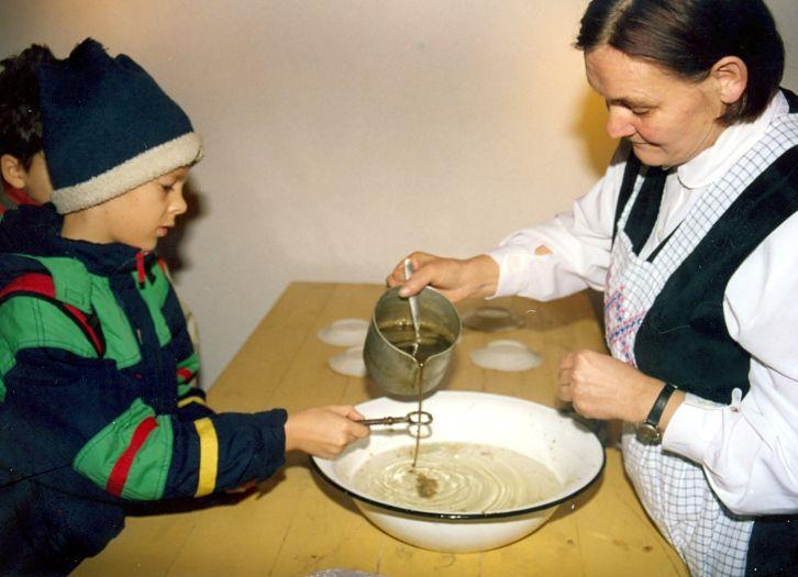 Lanie wosku w Andrzejki w skansenie w Osieku nad Notecią