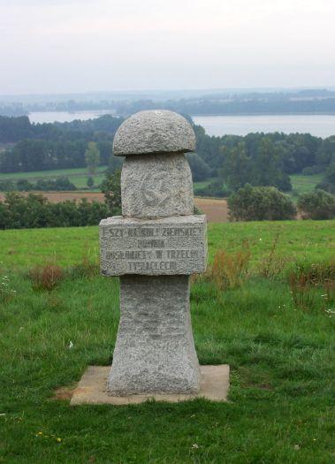 Pomnik na punkcie widokowym w Łężeczkach
