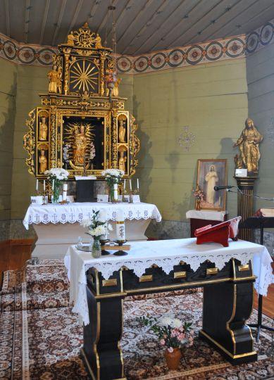 Prezbiterium w kościele w Lgowie