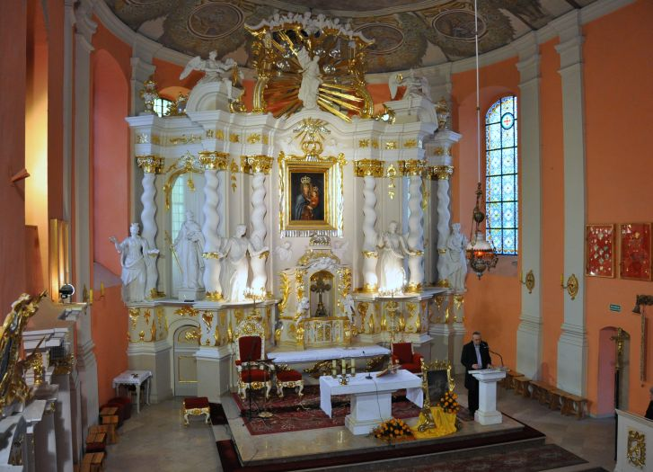 Ołtarz główny w kościele Narodzenia NMP w Lubaszu
