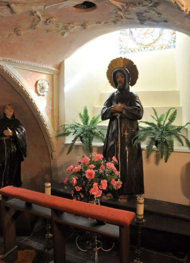 Figura św. Franciszka w klasztorze franciszkanów w Miejskiej Górce