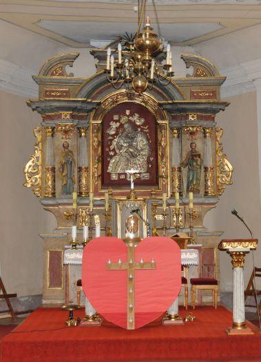 Ołtarz główny w kościele w Mórce