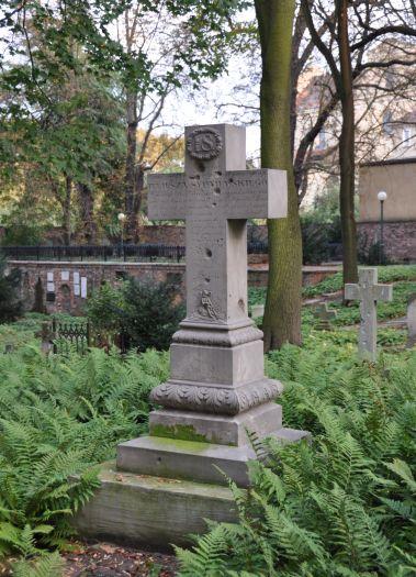 Cmentarz Zasłużonych w Poznaniu - jeden z nagrobków uszkodzonych w czasie II wojny światowej