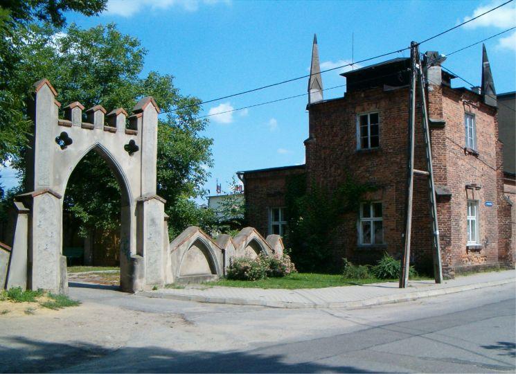 Neogotycka cukiernia i brama z I poł. XIXw w Opatówku