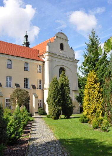 Kościół klasztorny oblatów w Obrze - widok od strony ogrodu