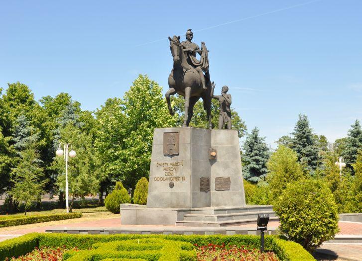 Pomnik św. Marcina w parku w Odolanowie
