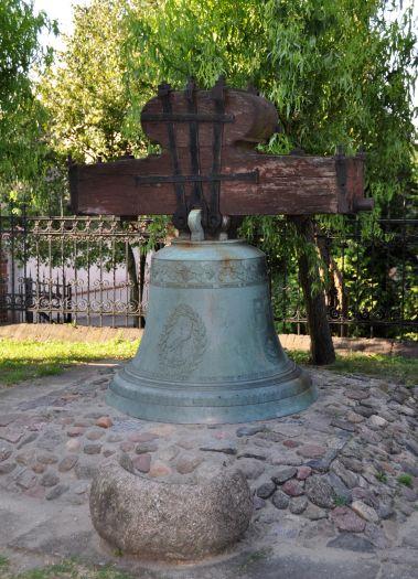 Dawny dzwon kościelny przed kościołem w Pobiedziskach