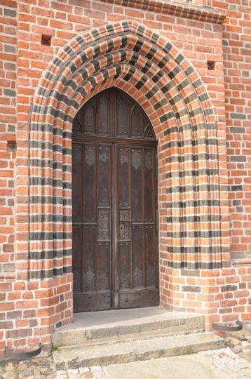 Ozdobny portal z glazurowanej cegły w kościele pw. NMP in summo w Poznaniu