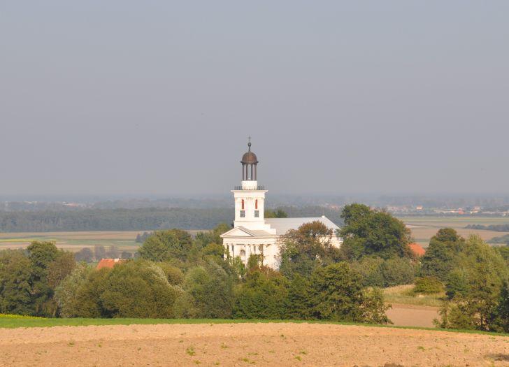 Widok na kościół w Brzóstkowie