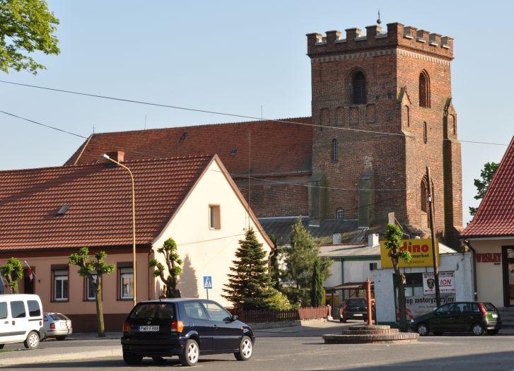Kościół farny w Pyzdrach. Widok z Rynku