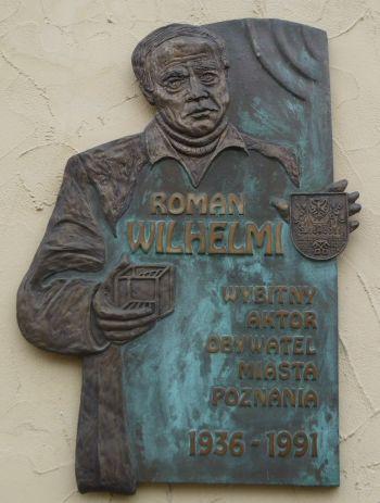 Tablica pamiątkowa na budynku Sceny na Piętrze w Poznaniu