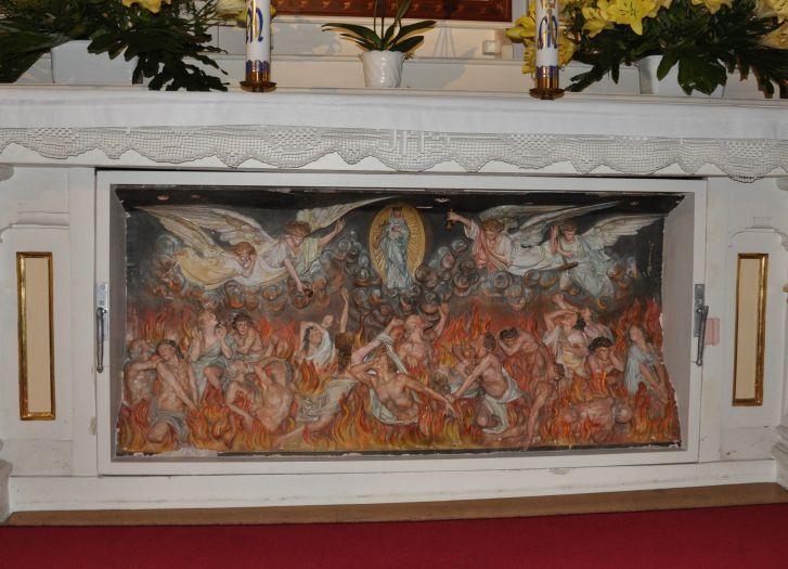 Ruchoma scena czyśćca w ołtarzu bocznym w kościele farnym w Słupcy