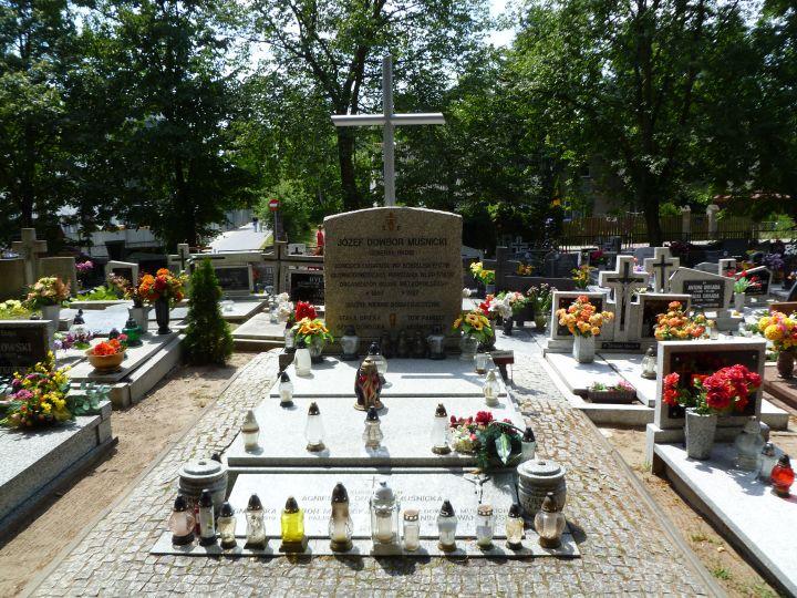 Grób generała na cmentarzu w Lusowie