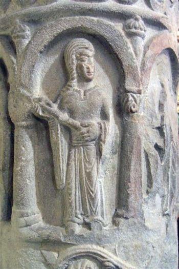 Jedna z płaskorzeźb na romańskiej kolumnie w Strzelnie