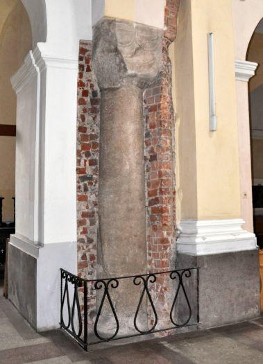 Romańska kolumna w trzemeszeńskiej bazylice