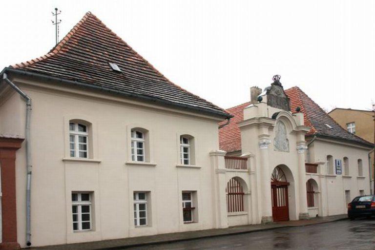 Budynek kolegium Michała Kosmowskiego w Trzemesznie