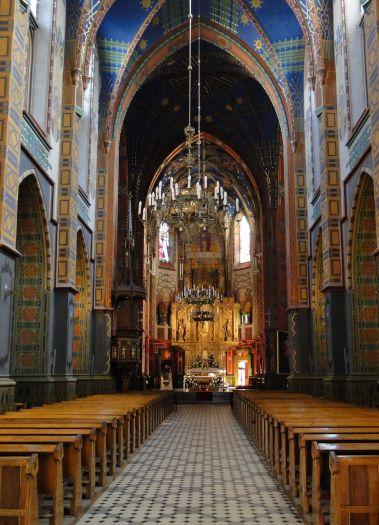 Nawa główna kościoła w Turku z polichromiami Józefa Mehoffera