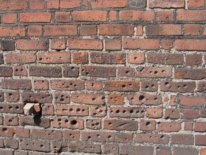 Tajemnicze dołki w ścianie kościoła pw. św. Jakuba Apostoła w Wągrowcu - tajemnicze dołki w ścianie fary