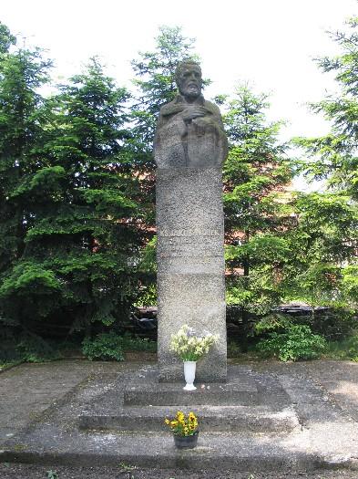 Popiersie Jakuba Wujka przed kościołem farnym w Wągrowcu