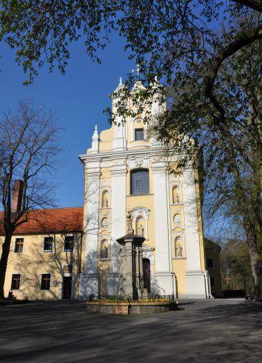 Herb Kościół klasztorny franciszkanów pw. św. Stygmatów św. Franciszka w Woźnikach