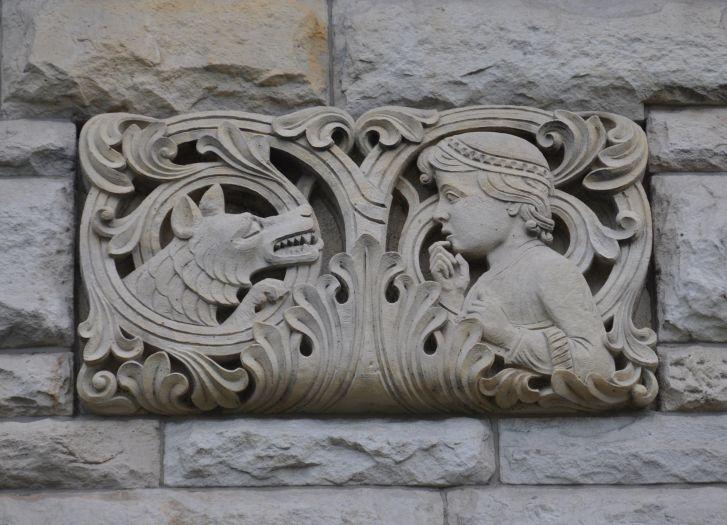 Detal z zamku cesarskiego w Poznaniu - wilk i Czerwony Kapturek
