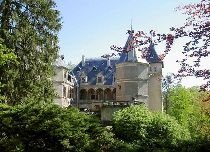 Widok na zamek w Gołuchowie od strony parku
