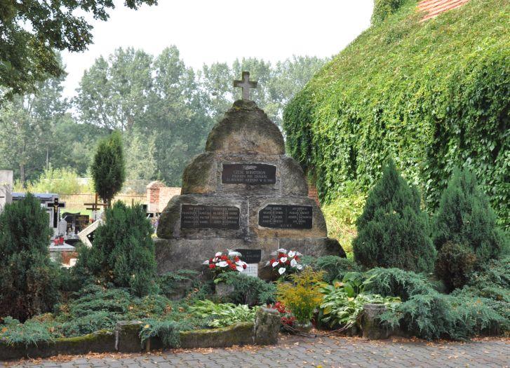 Pomnik Powstańców Wielkopolskich na przykościelnym cmentarzu w Zdunach