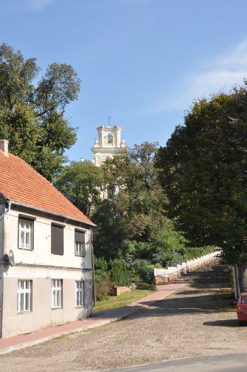 Brukowaną uliczką można dojść do kościoła św. Stanisława w Żerkowie