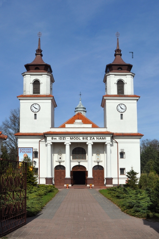 kościół, front z dwiema wysokimi wieżami, wejście przez portyk z kolumnami