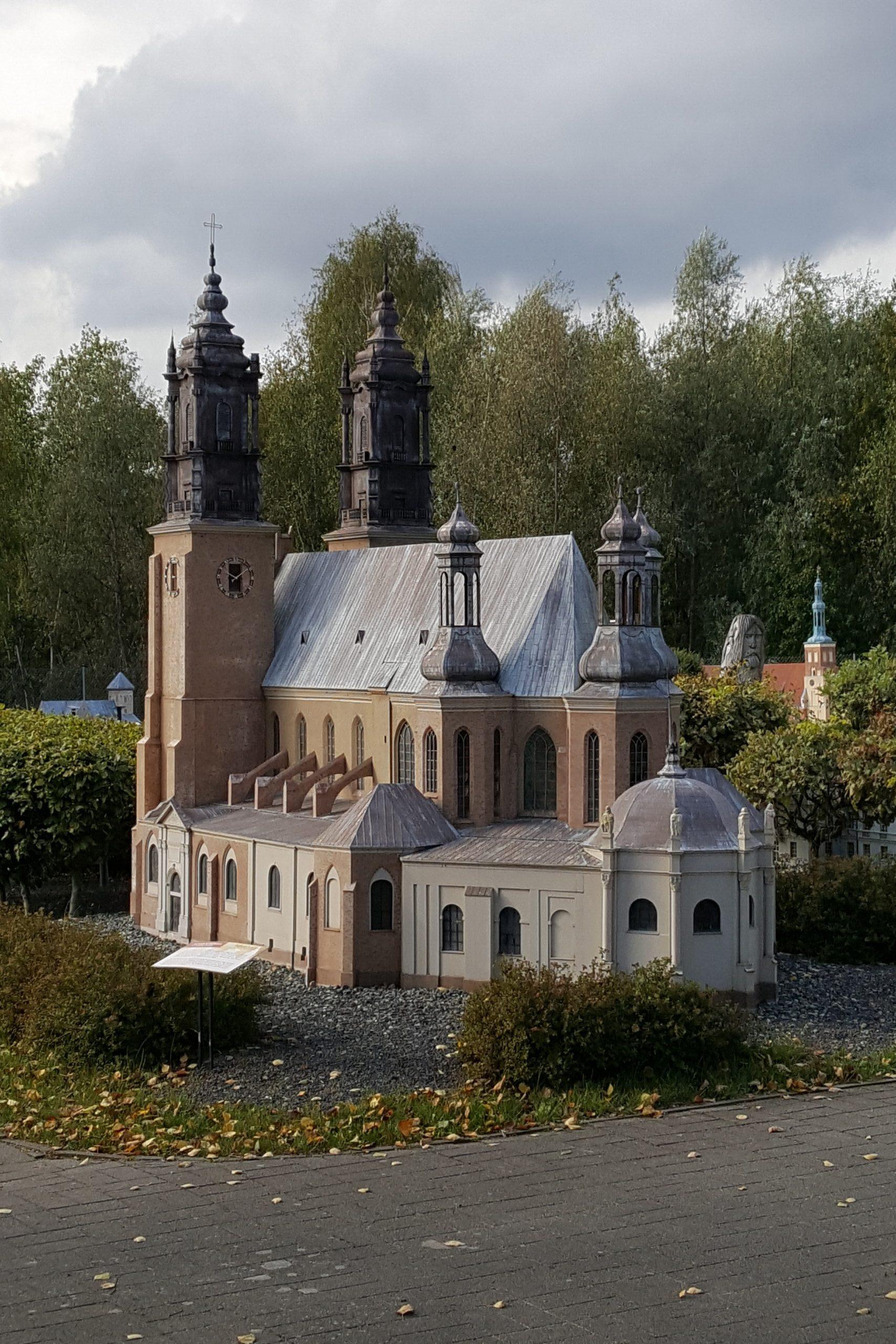 Miniatura poznańskiej katedry w parku miniatur, dwie wieże od fasady, trzy od prezbiterium, otoczona wieńcem kaplic