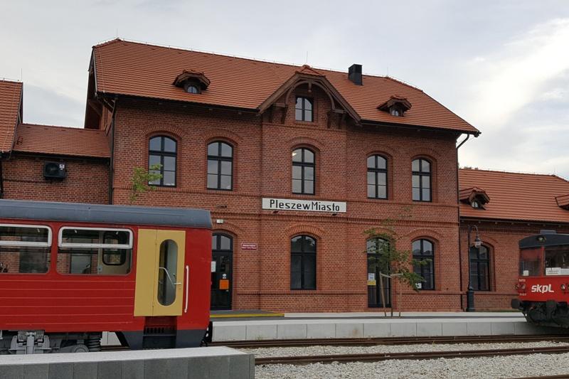 budynek dawnej stacji kolejowej, z czerwonej cegły, dach dwuspadowy z wykuszami,
