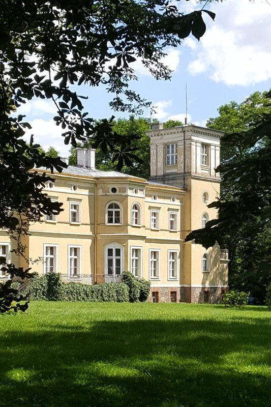 Fragment XIX-wiecznego pałacu widok od ogrodu