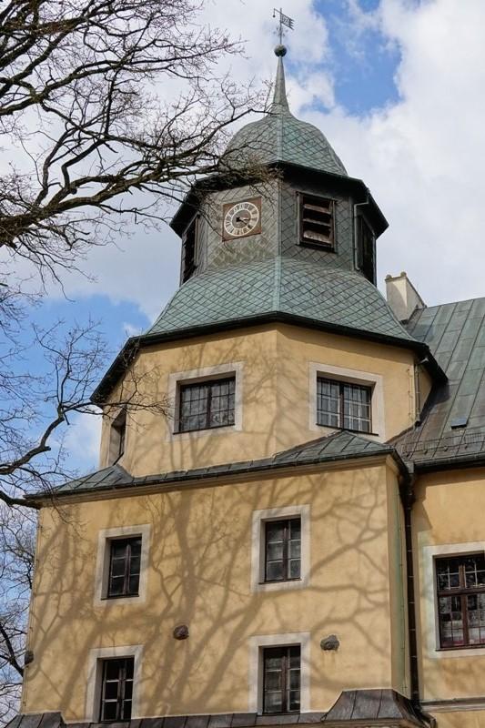 Wieża neorenesansowego zamku, w tle błękitne niebo